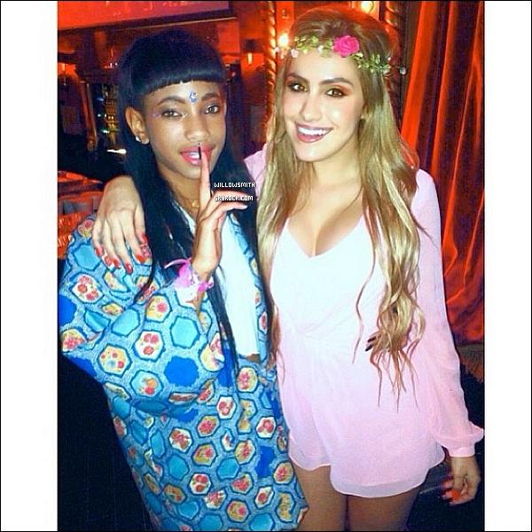 . 11/11 : Willow Smith à été aperçue ce rendant au Sugarfish Sushi avec Jaden Smith à Calabasas en Californie.  Enfin une nouvelle sortie de Willow, elle était magnifique comme a son habitude elle affiché un sourire sur les photos (l)   .