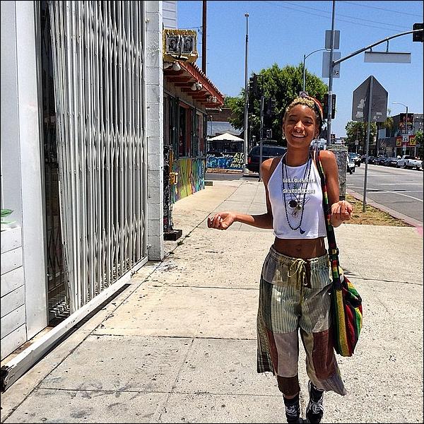 . 25/05 : Willow Smith, anneau au nez à été photographiée dans un marché aux puces de Los Angeles en Californie.  Willow s'est fait un anneau au nez, j'aime bien je trouve que ça lui va bien même si je vois déjà les gros titres, bref pour moi TOP!       .