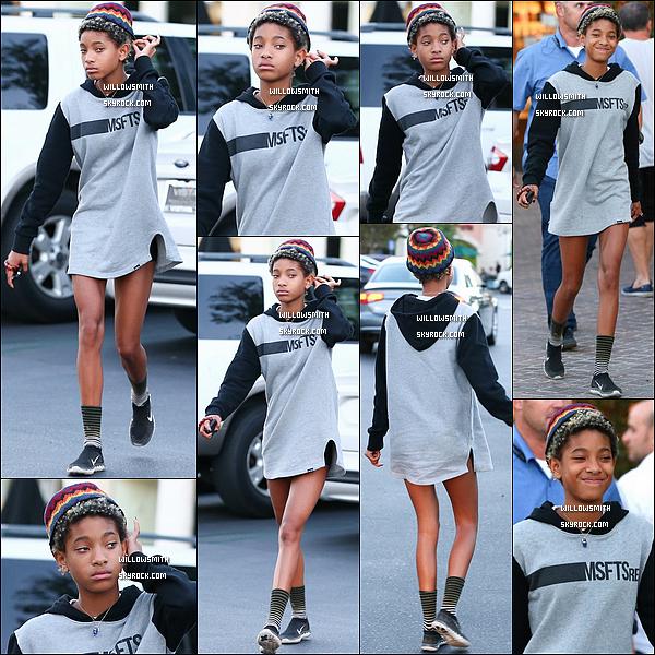 """. 28/08 : Willow est enfin sortie, elle a été photographiée allant dîner au restaurant """"Le Pain Quotidien""""  à Calabasas.  Enfin Willow est de sortie !!! j'y croyais plus elle portait un sweet MSFTS REP la marque de son frère Jaden elle est sublime (l)       ."""