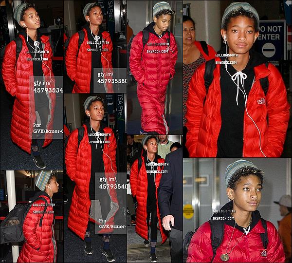 """. 26/10 : La belle Willow et son long manteau rouge à été photographiée a son arrivée à l'aéroport """"JFK"""" à New-York.  Willow a quitté la ville de New-York pour retourner à Los Angeles où elle fêtera dans quelques jours son 14ème anniversaire top !     ."""