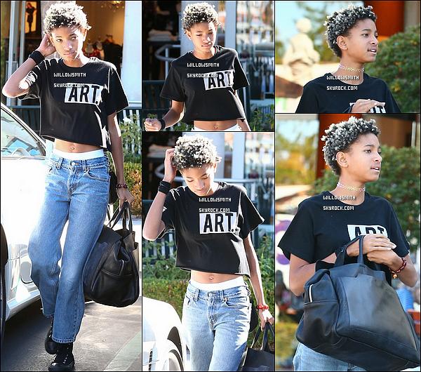 """. 07/11 : La magnifique Willow est sortie elle a été aperçue lorsqu'elle se promenait sous le soleil de Calabasas Calif.  Willow portait son tee shirt """"ART"""" que j'aime beaucoup, avec un jeans tout aussi beau, c'est un très beau top pour la belle Willow !     ."""