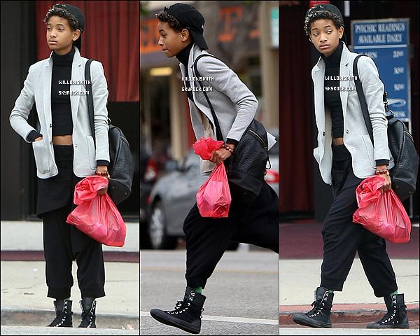 . 19/11 : Willow Smith de retour à Los Angeles, à été aperçue lorsqu'elle se promenait dans les rues de Los Angeles.  Mon dieu Willow est magnifique je suis énormément fan de sa tenue, sa casquette lui va à ravir c'est un énrome top pour ma part.     .
