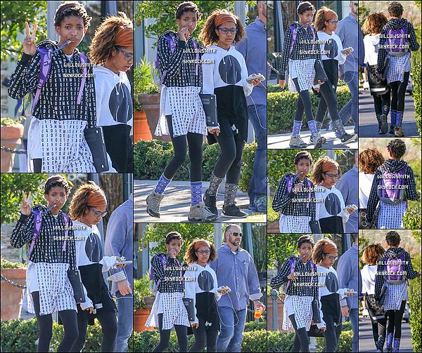 """. 07/01 : Willow a été vue sortant du restaurant """"Le Pain Quotidien"""" après avoir déjeuner avec Mecca à Los Angeles.  Willow est enfin sortiie youpiie, première sortie de 2015 il était temps par contre je n'aime pas beaucoup sa tenue mais ça passe.   ."""