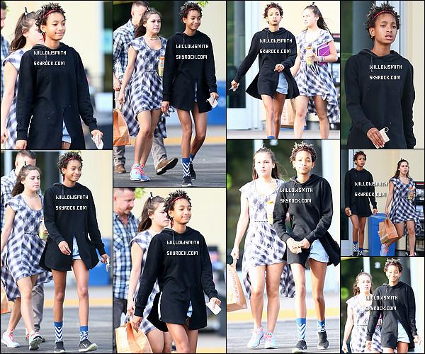. 22/03 : Willow Smith à été photographiée avec sa meilleure amie Telana allant faire des courses à Calabasas, Calif.  La tenue de Willow est du déjà vu, mais woaw qu'elle est magnifique, ça fait plaisir d'avoir des news, elle était très souriante :D   .