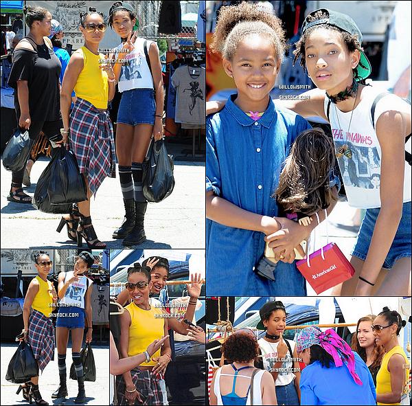 . 12/07 : Willow Smith, à été repérée avec sa maman dans un marché aux puces au Flea Market situé à Los Angeles ! Willow était sublime avec son mini short et son mini t-shirt The Runaways j'adore c'est un top, elle a d'ailleurs posé avec des fans !    .