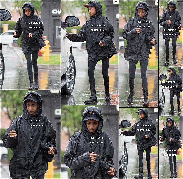. 18/07 : Willow sous la pluie, et avec une amie, à été aperçue quittant le restaurant le Sugarfish Sushi à Los Angeles. Et ben décidément il faisait vraiment mauvais pauvre Willow qui essayait de regagner son véhicule ahah! Sinon c'est un gros top !!   .