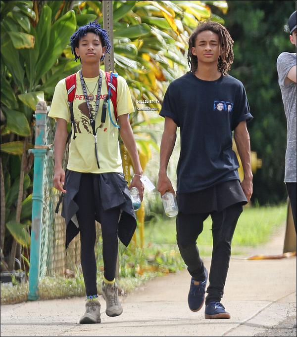 . 02/12 : Willow et son frère Jaden ont été photographiés par les paparazzis se promenant dans les rues de Hawaii. Ils sont magnifiques tout les deux, enfin une sortie entre frère et soeur ils sont tellement beaux seulement 1 seule photo dispo !!!     .