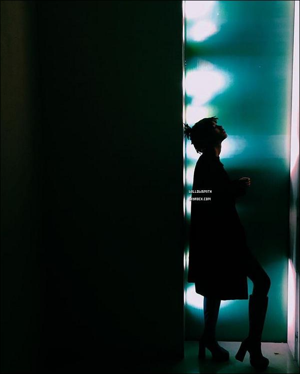 """. 05/03 : Willow à été photographiée dans la matinée arrivant à l'aéroport """"LAX"""" avec sa maman Jada à Los Angeles. Willow à pris un vol pour Paris, elle est arrivée ce matin à l'aéroport Charles de Gaulle surement pour assistée à la Fashion Week.       ."""
