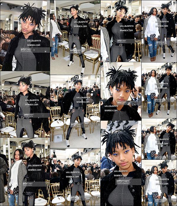 """. 08/03 : Willow avec sa mère au défilé """"Chanel"""" prêt-à-porter Automne Hiver 2016/2017 à la Fashion Week à Paris. Willow portait une tenue de la maison Chanel où elle deviens la nouvelle égérie de la marque. Willow était a coupé le souffle !     ."""