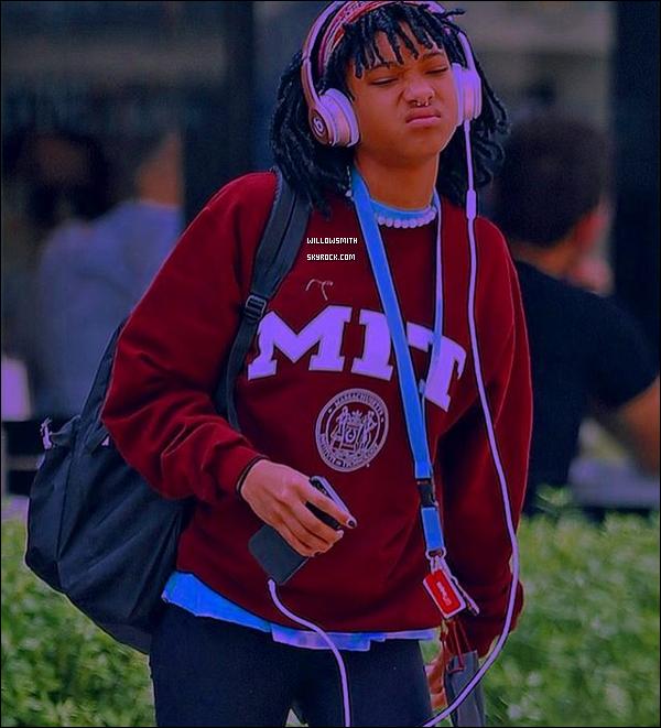 . 21/03 : Willow Smith à été photographiée avec une coupe rasta mi-longue après avoir été déjeuner à Los Angeles. Willow est de retour chez elle à L.A. Elle a donc reprise ses petites habitudes et a opté pour un nouveau look. J'adore sa coupe !     .