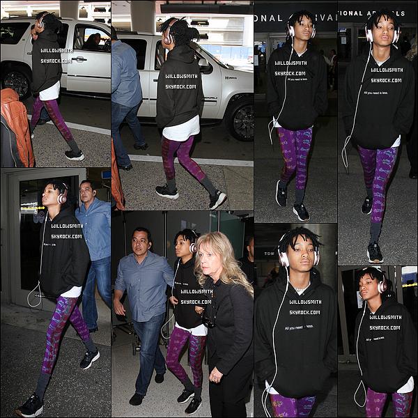 """. 14/04 : Au revoir Paris, Willow Smith à été aperçue à son retour à l'aéroport international de """"LAX"""" de Los Angeles. Willow est de retour chez elle en Californie après avoir passée 2 jours à Paris a compté du 12 avril au 14 avril pour un projet shoot.     ."""