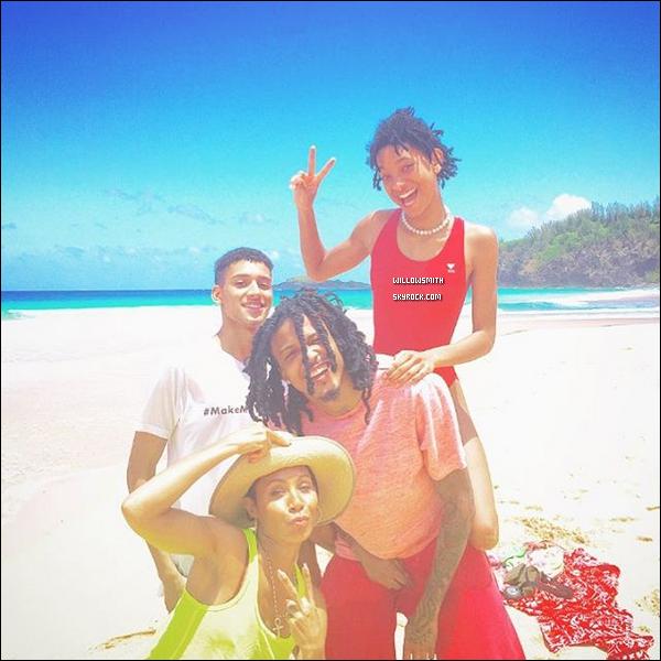 . 26/04 : Willow à été photographiée par les paparazzis ce rendant à la plage pour une journée ensoleiller à Hawaii. Willow était de sortie avec sa mère, le chanteur de R&B August Alsina et son petit-ami Tyler pour faire du surf. 3 photos seulement !    .