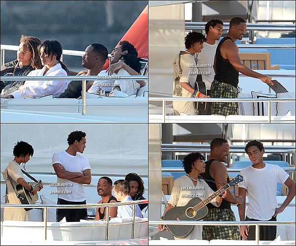 . 16/06 : Willow Smith et sa belle famille ont été photographiés se relaxant sur un magnifique yacht à Capri en Italie. Willow a prise des vacances avec son père ses deux frères et sa mère c'est tellement beau a voir de les voir tous réunis ensembles !   .