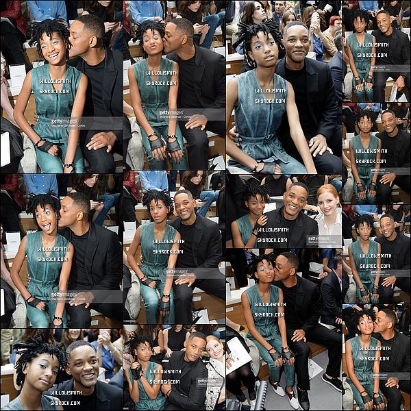 """. 05/07 : Willow était présente avec Will au défilé Haute-Couture """"Chanel"""" lors de la Fashion Week à Paris en France. Ohlalalala, Willow était juste magnifique j'adore la façon dont elle a été maquillée c'est discret je trouve. Will et Willow étaient si cute !    ."""