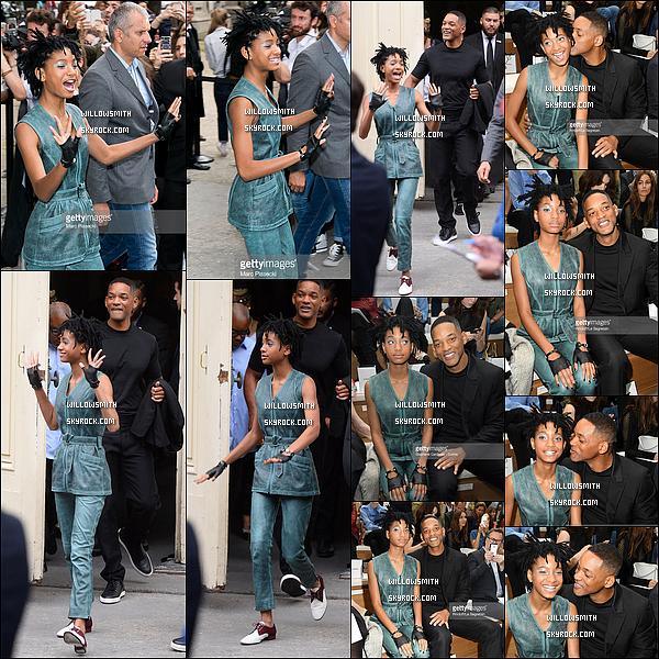 """. 05/07 : Willow était présente avec Will au défilé Haute-Couture """"Chanel"""" lors de la Fashion Week à Paris en France. Ayant plus de place sur l'autre article j'ai rajoutée des photos sur cet article ci l'article est bien entendu en rapport avec l'article → ici.    ."""
