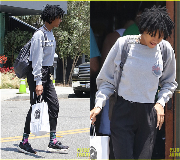 """. 17/07 : Willow à été aperçue avec Tyler sortant du restaurant/café """"Le Pain Quotidien"""" à Calabasas, en Californie. Willow était toute belle sa tenue était simple comme d'habitude toujours fidèle a elle même notre Willow, j'aime beaucoup son style !     ."""