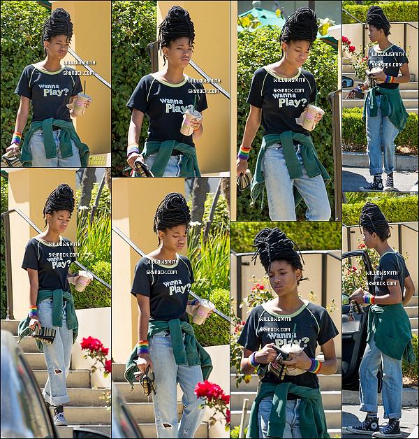 . 16/09 : Willow Smith à été repérée après avoir été cherchée un smoothie dans la ville de Calabasas, à Los Angeles. Willow était toute belle et naturelle comme à son habitude, j'aime beaucoup ce qu'elle porte ça fait bien plaisir d'avoir une sortie.     .