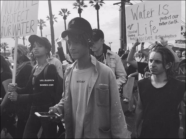 """. 23/10 : Willow et Jaden manifeste au """"Standing Rock"""" contre le Dakota Accès Pipeline. Willow et Jaden ont été rejoindre ce week-end l'importante manifestation contre le Dakota Accès Pipeline qui se tenait dans les villages de Los Angeles en Californie,  le Dakota Accès Pipeline est un nouveau pipeline de pétrole brut souterrain conçu pour transporter 470.000 barils de pétrole brut par jour. Le projet controversé qui est en cours de construction à proximité d'une réserve Sioux menace la santé, l'approvisionnement en eau, et de bien-être général des résidents locaux. Crédite le blog pour si emprunt.      ."""