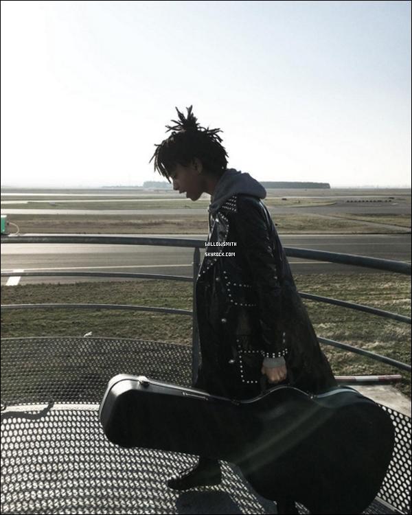 """. 04/12 : Willow et sa mère Jada Pinkett Smith sont arrivés toutes les deux à l'aéroport de """"Charles De Gaulle"""" à Paris. Willow est à Paris en ce moment avec sa mère pour des projets professionnelle dans la capitale française ! Jaden est aussi là bas !!      ."""