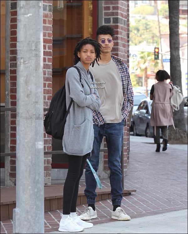 . 09/04 : Willow, à été photographiée par les paparazzis main dans la main avec Tyler dans les rues de Los Angeles.  Enfin une sortie de Willow ! Willow et Tyler ont l'air plus proche qu'on pourrait le penser en voyant ses photos .. Qu'en penses-tu ?       .
