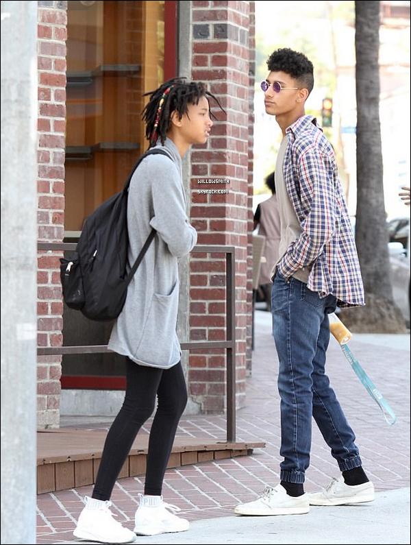 . 09/04 : Willow, à été photographiée par les paparazzis main dans la main avec Tyler dans les rues de Los Angeles.  Enfin une sortie de Willow ! Willow était de sortie en ville avec son petit-ami Tyler Cole tout sourire dans les rues de la Californie.       .