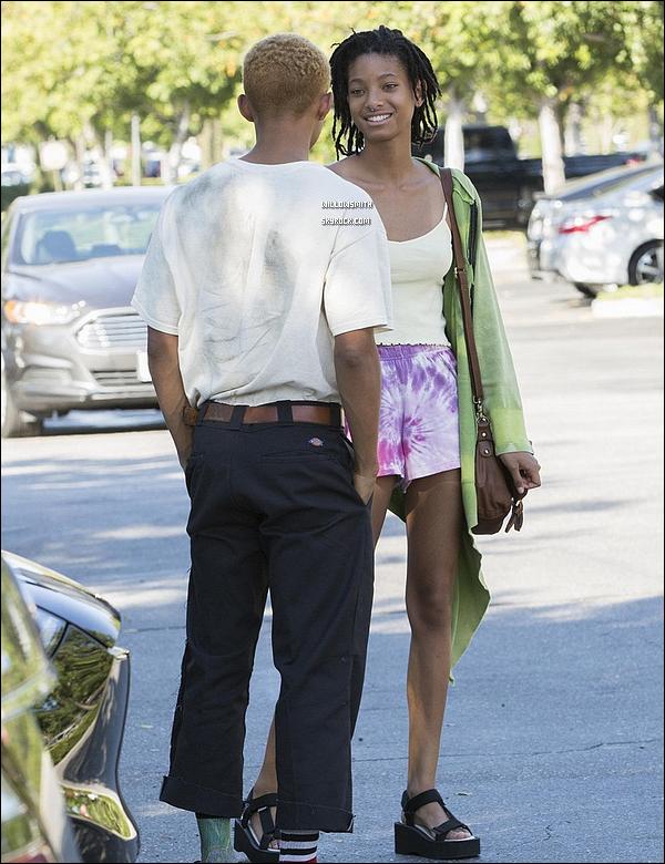 . 25/06 : En ce beau dimanche ensoleillée, Willow plus radieuse que jamais a été vu dans les rues de Calabasas à L.A.  Waw.. cette sortie est mon gros coup de coeur je suis trop fan de ce que Willow porte et de la voir aussi souriante avec les papz (l)        .