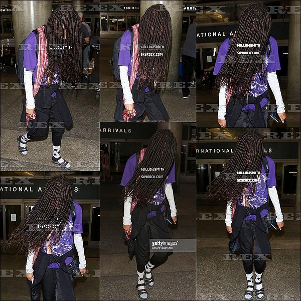 """. 27/07 : Willy a été photographiée camouflée comme jamais avec ses cheveux à l'aéroport de """"LAX"""" à Los Angeles.  Willow est de retour chez elle après quelques concerts de festivitées en France et à Londres. Willow avait l'air d'être bien épuisée !          ."""