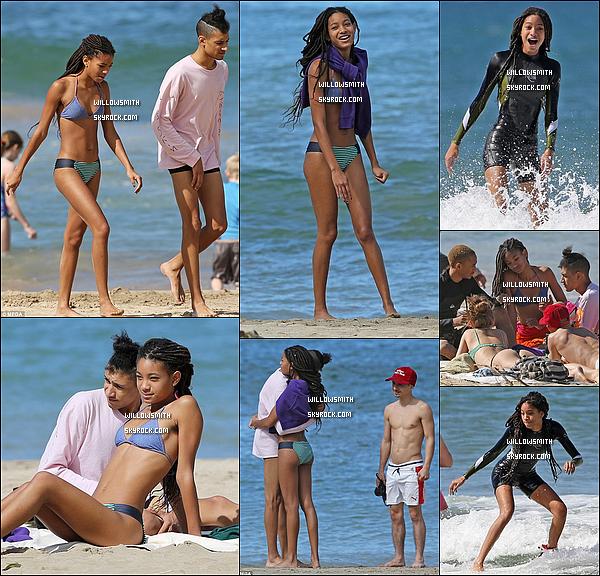 . 05/01 : La sublime starlette de 17 ans à été photographiée lorsqu'elle était entrain de surfé sur la plage d'Hawaii. Willow s'est offert une petite journée paisible avec sa bande d'amis afin de prendre du bon temps. J'aime beaucoup son maillot de bain !   .