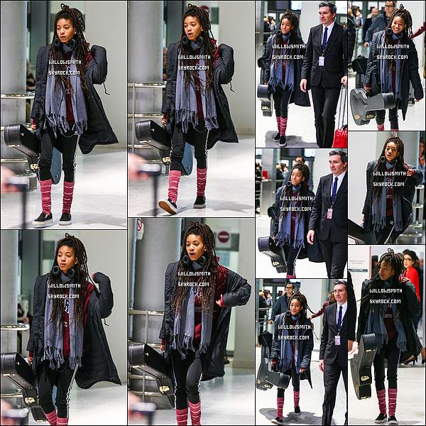 """. 21/01 : La belle Willow Smith à été repéré à l'aéroport de """"Charles de Gaulle"""" tôt dans la matinée à Paris en France.  Willow a débarquer à Paris tôt dans la matinée pour assistée au défilé de Dior qui se tient demain à Paris en France. J'ai hâte de voir ça !!   ."""