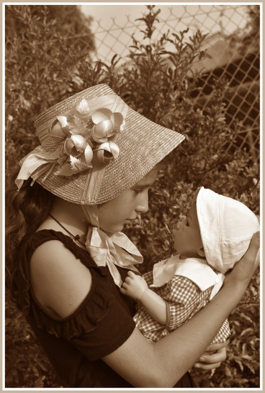 Ma petite Faustine et son poupon préféré....