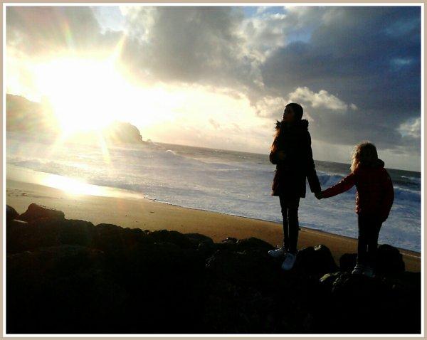 Faustine et Juliette en vacances avec mamie...A l'instant où le soleil passe derrière le phare...