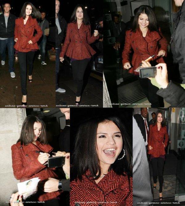 Selena Gomez dans les rues de Londres hier soir
