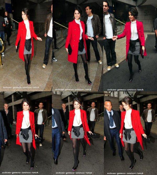 Selena Gomez sortant de son hôtel à Londres pour se rendre à une radio.