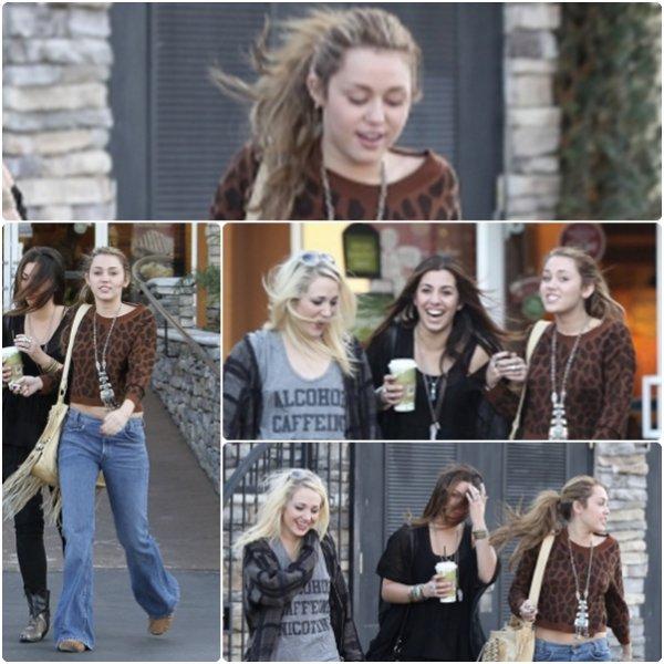 Miley est allée déjeuner hier (28 novembre) chez Panera Bread à Studio City, CA avec quelques amies. >> J'aime pas du tout sa tenue.. Mais elle est belle comme même =D <3