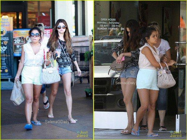 ∞ Selena en famille.