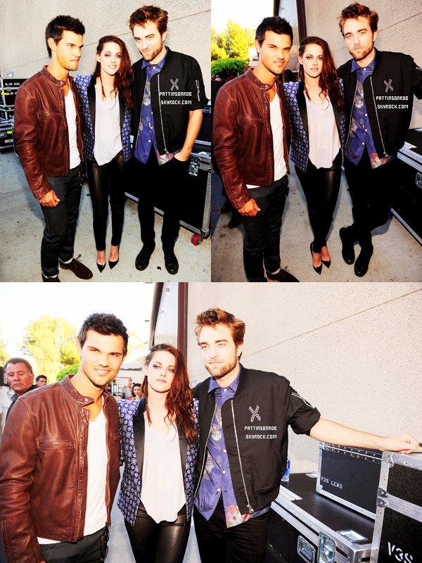 22 juillet 2012 : Les Teen Choice Awards 2012.    Le trio de Twilight étaient aux TCA. Rob, Kristen et Taylor sont montés sur scène pour recevoir  le Ultimate Choice pour les films Twilight ! Malheureusement Rob n'a gagné aucun prix dans les catégories où il était nominé ! Ils ne sont pas passés sur le red carpet et ont reçu le prix : Twilight meilleur film romantique !