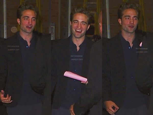 15 août 2012 : Robert arrivant sur le plateau de Good Morning America.    Cette fois Rob a opté pour un jean :p