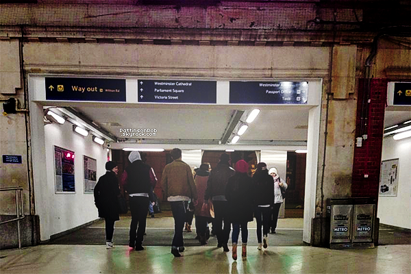 29/12/12 || Robert et Kristen dans un métro à Londres avec des amis. Rob est à gauche et Kristen à droite de la photo !