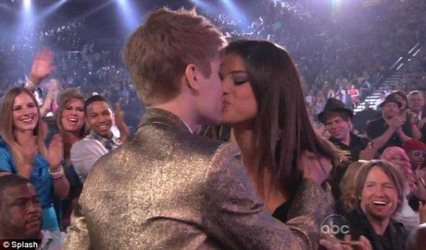 Aprés Que Selena Gomez Tombe Sous Son Charme Il Y A Eu Ce Fameux Kiss. <3