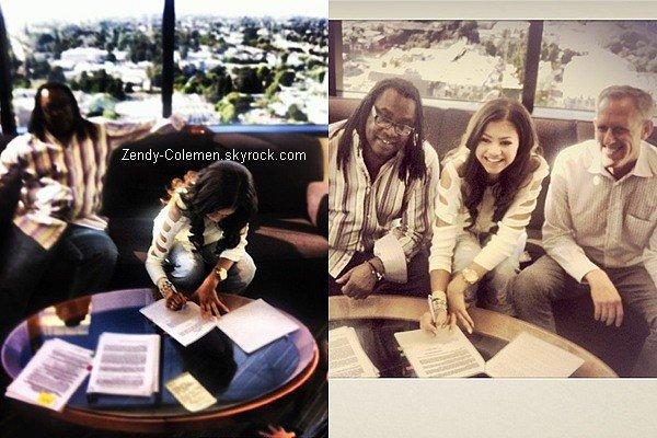 .7 Août : Zendaya & son papa sont allée signé un contrat chez Hollywood Records. Félicitations à elle.