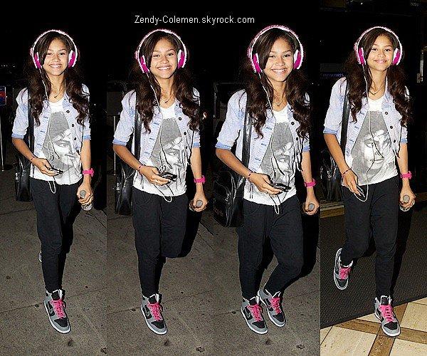 .23 Juillet 2012 : C'es une Zendaya souriante, qui été arrivé à l'aeroport de LAX. .