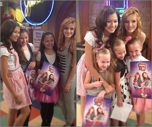 .Zendaya & Bella posait avec les gagnantes russe de « Shake It Up : Make Your Mark »  .