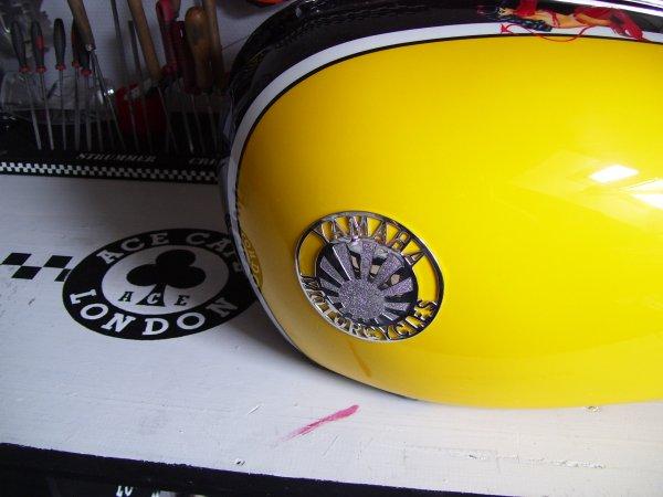 """logo Yamaha  """" WRENCHMONKEES"""" posé sur le réservoir"""