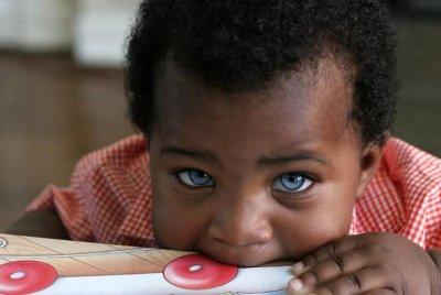 Enfant noir aux yeux bleus!!!!!!!!