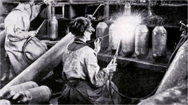 Hommage aux femmes , remplacantes dans les pires conditions de travail ,des hommes aux front