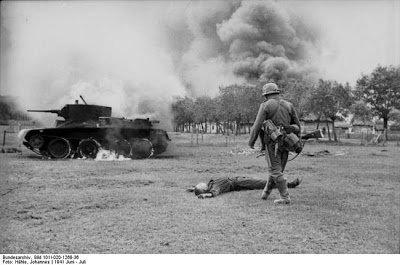 Quelques images de la 2e GM en Lituanie - chars russes - partisans - excecutions massives -