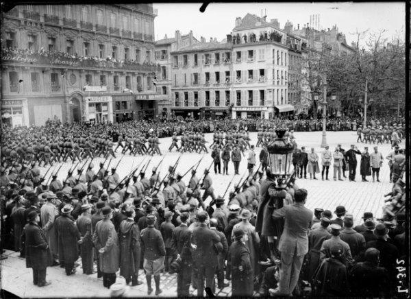 l'état-major russe du général Aleikseïev forme en janvier 1916 la 1ère brigade spéciale d'infanterie, composée de deux régiments (fort chacun de trois bataillons), sous le commandement du général-major Nicolaï Alexandrovitch Lokhvitzky. Le Tsar exige que la plupart des officiers parlent le Français et impose un sélection physique pour la troupe similaire a celle de la garde,ce qui donne pour le 1er Régiment des cheveux châtain, yeux clair et pour le 2ème des cheveux blond et des yeux bleus. Le recrutement du 1er Rgt. ce fait dans la région de Moscou et comporte de nombreux ouvriers,celui du second dans la région de Samara avec une forte proportion de paysans.Le choix est fait parmi des jeunes recrues a l'instruction ,volontaire pour l'expédition ,ayant entre 21 et 25 ans, sachant lire et écrire.Le 1er régiment est commandé par le Colonel Netchvolodoff et le 2éme par le Colonel Diakonoff. L'arrivée à Marseille