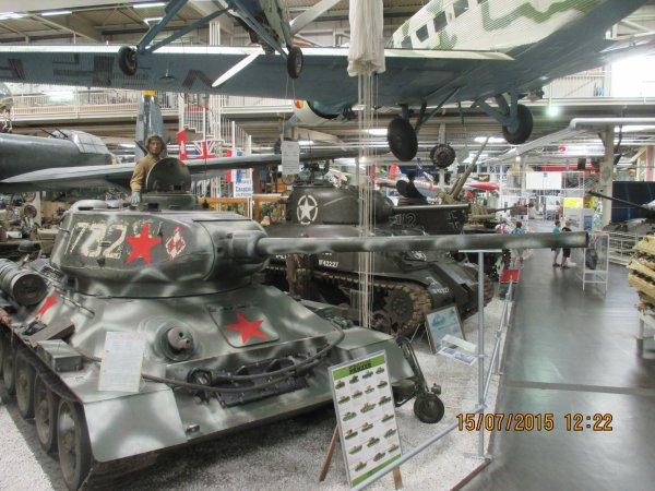 Chars T-34 russes , pour l'ami J-C Caire ( briquets-poilus) Sur la photo du haut c'est un de mes petits fils militaire  actuellement.