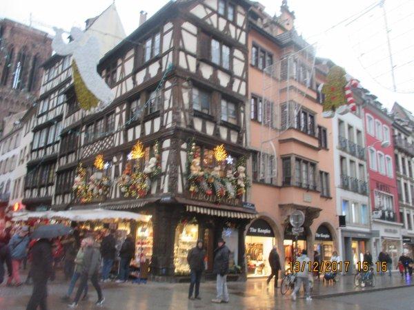 Strasbourg ,en haut:  angle rue Merciere  -  rue des Grds Arcades le 25 nov 1944 - en bas meme lieu le 13 déc 2017