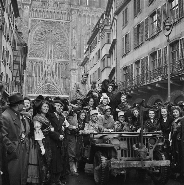 Rue Merciere à Strasbourg - de haut en bas : Liberation 1918-Liberation 1944-reconstitution de la photo précéd. 2014 - etat actuel.....